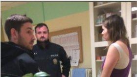 Záběr z videa, které rozdělilo Česko