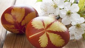 Oblíbené je i barvení vajíček pomocí cibule, silonky a listí