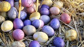 Barevná vejce k Velikonocům patří. Ale Češi si pro ně budou muset sáhnout hlouběji do kapsy