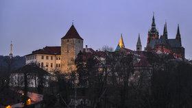 I když je zahalen noční tmou, umí Pražský vypadat stále působivě a majestátně.