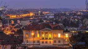 Praha je překrásná i v noci. Z některých míst je na ní takový pohled, ze kterého až přechází zrak.