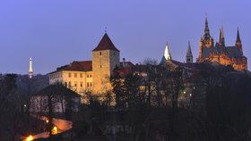 Nasvícení Pražského hradu za tmy.
