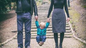 Dítě, které si projde kojeneckým ústavem, má často poruchu attachementu. Potřebuje pozornost a odešlo by i s cizím člověkem.