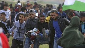 V Pásmu Gazy vypukly velké nepokoje. Tisíce lidí protestují u hranic s Izraelem, přibývají mrtví a zranění.