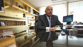 Schlée vystudoval Právnickou fakultu UK a mezinárodní právo v Cambridge.  Mezi lety 1971 až 1976 působil jako soudce a poté byl právníkem na Obvodním ústavu národního zdraví na Praze 4. V roce 1988 se stal advokátem.