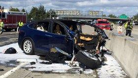 Nehoda na dálnici nedaleko kalifornského Mountain View. Elektrické SUV značky Tesla nabouralo do betonového bloku, řidič údajně nechal řízení na autopilotovi.