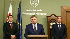 Slovenský expremiér Robert Fico (uprostřed) po posledním jednání koaliční rady