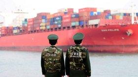 Čínští celníci sledují obchodní loď na trase Čína - USA.