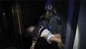 Jeden ze záběrů Bílých přileb, záchranářů, kteří vytahují oběti z trosek domů. Útok chemickými látkami v syrském městě Dúmá podle nich nepřežilo 70 lidí a další stovka se ještě dusí.