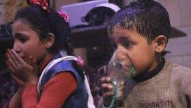 Přeživší děti po útoku v syrském městě Dúmá v péči lékařů