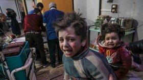 Děti, které útok v syrském městě Dúmá přežily. Zabíjet tam měla chemická bomba