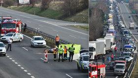 Nehoda uzavřela dálnici D7 u Buštěhradu: Srážku s osobákem nepřežil motorkář.