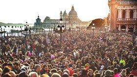 Ročně navštíví Benátky miliony turistů.