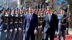 Premiér Andrej Babiš (vpravo) přijal 11. dubna 2018 v pražské Kramářově vile nového premiéra Slovenska Petera Pellegriniho.