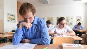 Úspěšnost maturantů se v češtině a matematice rok od roku zhoršuje (ilustrační foto)