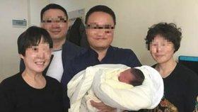 Chlapec se narodil ze zmraženého embrya 4 roky po smrti rodičů, na fotce je se svými prarodiči.