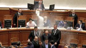 Albánští opoziční poslanci v parlamentu házeli vejce, mouku a vodu na premiéra Ediho Ramu.