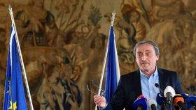 Ministr zahraničí Martin Stropnický v sobotu 14. dubna na tiskové konferenci po zasedání krizového štábu rezortu kvůli situaci v Sýrii. Zdravotní problémy znát ale nedal