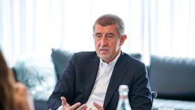 Premiér v demisi Andrej Babiš (ANO) řešil s redaktorkou Blesku Verou Renovicou vládní vyjednávání (15.4.2018)