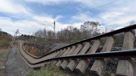 Na trati Cheb - Klášterec nad Ohří od soboty nejezdí vlaky kvůli sesuvu tzv. železničního spodku v úseku Hájek - Dalovice (na snímku z 15. dubna 2018). Traťmistr zjistil v místě ještě před sesuvem závadu, a proto se podařilo vlaky zastavit včas. Nahradila je autobusová doprava.