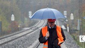 Ministr dopravy Dan Ťok si prohlédl železniční trať u Dalovic na Karlovarsku, kterou poškodil sesuv půdy pod kolejemi (16. dubna 2018)