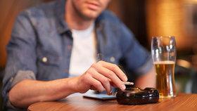 """Podle průzkumu kouří v Česku přibližně čtvrtina lidí. """"Dvacet osm procent kuřáků je silně proti tomu, že se nesmí kouřit v restauracích,"""" řekl ředitel Ipsos Central Europe Radek Jalůvka."""