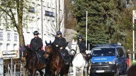 Na neonacistické akci ve městečku Ostritz nechybí policisté na koních