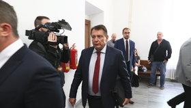 Soudní stání začíná, Jiří Paroubek kráčí do síně.