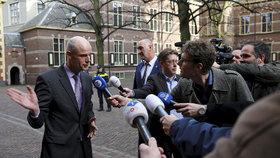 """Ministr zahraničí Nizozemska Stef Blok se nechal slyšet. """"Projděte se ulicí ve Varšavě nebo v Praze. Tam nechodí vůbec žádní barevní lidé. Ti lidé (migranti) jsou během týdne pryč. Byli by pravděpodobně zbiti,"""" řekl."""