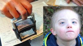 Nemocný chlapec čekal přes rok, než o něm úředníci rozhodnou. (Ilustrační foto)