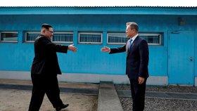Historické setkání vůdce Severní Koreje a prezidenta Jižní Koreje na jižní straně poloostrova.