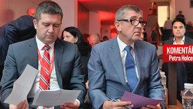 Předsedové ČSSD Jan Hamáček (vlevo) a ANO Andrej Babiš společně na sjezdu ČMKOS. Jak jejich vládu vidí Petr Holec?