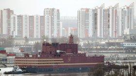 Plovoucí jaderná elektrárna Akademik Lomonosov se pohybuje průměrnou rychlostí asi 7 km/h.