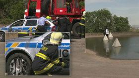 Policisté »utopili« vůz v silážní jámě u Brandýsa nad Labem, na pomoc jim přijeli hasiči