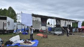 Technoparty Czarotek Free Party u Liberce se chýlí ke konci. Na místě je poslední tisícovka návštěvníků a policie.