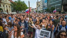 V předvečer plánované svatby zavražděného novináře Jána Kuciaka a jeho snoubenky Martiny Kušnírové se na Slovensku konají další protesty proti vládě a situaci v RTVS (4. 5. 2018).