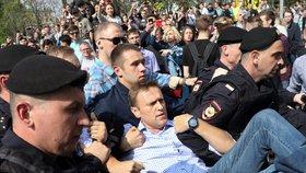 Opoziční blogger Navalnyj skončil za pořádání nepovolených demonstrací na měsíc ve vězení