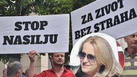 """Několik stovek osob se dnes shromáždilo před sídlem vlády v Podgorici poté, co byla zatím neznámými útočníky postřelena investigativní novinářka Olivera Lakićová. Protestující obvinili úřady, že dělají málo pro vyřešení útoků na novináře. Někteří měli transparenty s nápisy """"Stop násilí"""" a """"Za život bez strachu""""."""