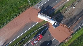 V Polsku zavřeli dálnici do Varšavy, zalila ji čokoláda.