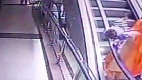 Dítě se zabilo na eskalátorech v obchodním centru