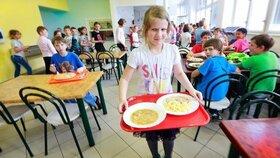 Dotované školní jídelny snižují zisky restauracím. Za zvýhodněné ceny v nich jedí i senioři.