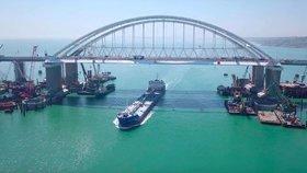 Šesti firmám z Ruska a Krymu, které se podílely na výstavbě mostu z ruské pevniny přes Kerčský průliv na Krym, Evropská unie zmrazila jejich evropský majetek