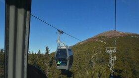 Horní úsek lanovky na Sněžku ve čtvrtek stojí kvůli silnému větru. Turisté mohou při cestě na nejvyšší českou horu využít pouze spodní úsek z Pece pod Sněžkou na Růžovou horu.