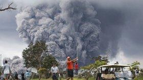 I přes nebezpečí erupce sopky golfisté pokračují ve hře.