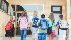 Za školní pomůcky na začátku školního roku rodiče utratí letos v průměru 3078 Kč, o 100 korun víc než loni.