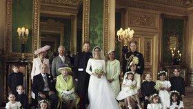První oficiální svatební fotky Harryho s Meghan: Krásná nevěsta, ladící královna a kouzelné družičky