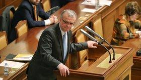Miroslav Kalousek chodí o holi. Může za to tenis. Bývalý ministr se patrně špatně rozcvičil.