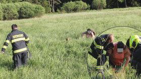 Žena na Sokolovsku uvízla při lovení »kešek« v rašeliništi, zachránili ji hasiči.