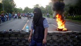 Demonstranti na prostest proti plánům prezidenta Ortegy snížit důchody zablokovali řadu silnic. Takové nepokoje už Nikaragua dlouho nezažila, lidé se dlouho jedenáct let vládnoucího prezidenta báli kritizovat.