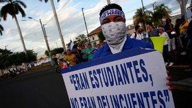 """""""Jsme studenti, ne delikventi,"""" hlásá transparent jednoho z demonstrantů v Nikaragui."""